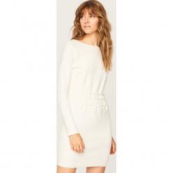 Sukienka z gorsetowym wiązaniem - Kremowy. Białe sukienki z falbanami marki Reserved, l, z gorsetem, gorsetowe. W wyprzedaży za 59,99 zł.