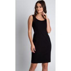 Sukienki hiszpanki: Dopasowana czarna sukienka z głębszym dekoltem BIALCON