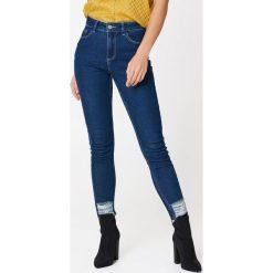NA-KD Trend Jeansy z wysokim stanem - Blue. Białe jeansy damskie marki NA-KD Trend, z nadrukiem, z jersey, z okrągłym kołnierzem. W wyprzedaży za 55,19 zł.