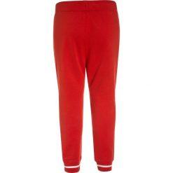 Abercrombie & Fitch VARSITY Spodnie treningowe red. Czerwone jeansy chłopięce marki Abercrombie & Fitch. W wyprzedaży za 132,30 zł.