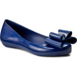 Baleriny ZAXY - Pop Bow Fem 81998 Blue 01380 V285021 02064. Niebieskie baleriny damskie lakierowane Zaxy, z tworzywa sztucznego. W wyprzedaży za 99,00 zł.