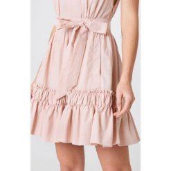 Debiflue x NA-KD Sukienka bez rękawów z wiązaniem - Pink. Różowe sukienki na komunię marki Debiflue x NA-KD, w paski, z bawełny, bez rękawów. Za 202,95 zł.