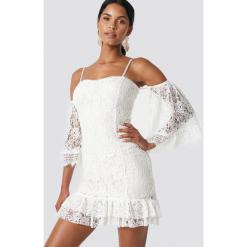 Trendyol Koronkowa sukienka z falbanką - White,Offwhite. Szare sukienki koronkowe marki Trendyol, na co dzień, casualowe, midi, dopasowane. W wyprzedaży za 170,07 zł.