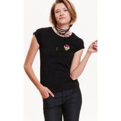 T-SHIRT DAMSKI Z NASZYWKĄ. Szare t-shirty damskie Top Secret, z aplikacjami, z bawełny. Za 19,99 zł.