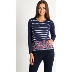 Granatowa bluzka w paski z kwiatami QUIOSQUE. Niebieskie bluzki longsleeves QUIOSQUE, z nadrukiem, z bawełny, biznesowe, z dekoltem w łódkę. W wyprzedaży za 59,99 zł.