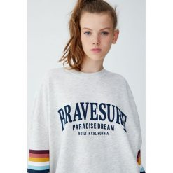 Bluza z tęczowymi pasami. Niebieskie bluzy damskie marki Pull&Bear. Za 89,90 zł.