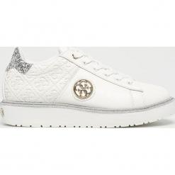 Guess Jeans - Buty Debora. Białe buty sportowe damskie Guess Jeans, z aplikacjami, z gumy. Za 499,90 zł.