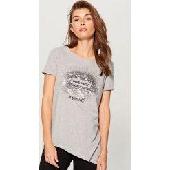 Koszulka z asymetryczym dołem - Szary. Szare t-shirty damskie marki Mohito, l. W wyprzedaży za 29,99 zł.