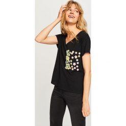 T-shirt z ozdobną kieszonką - Czarny. Białe t-shirty damskie marki Reserved, l, z dzianiny. Za 59,99 zł.
