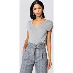 Rut&Circle Czarny t-shirt z wycięciem na plecach Alma - Grey. Szare t-shirty damskie Rut&Circle, z dekoltem na plecach. Za 80,95 zł.