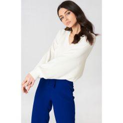 NA-KD Krótki sweter z rękawem typu nietoperz - Offwhite. Szare swetry klasyczne damskie NA-KD, z dzianiny. W wyprzedaży za 60,98 zł.