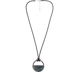 Naszyjnik koło z wypełnieniem QUIOSQUE. Zielone naszyjniki damskie QUIOSQUE. W wyprzedaży za 29,99 zł.