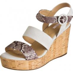 Skórzane sandały w kolorze kremowo-szarobrązowym. Białe sandały damskie Geox Men & Women, na koturnie. W wyprzedaży za 295,95 zł.