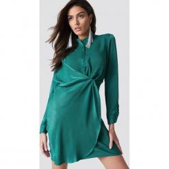 Hannalicious x NA-KD Sukienka koszulowa z drapowaniem - Green. Zielone długie sukienki marki Hannalicious x NA-KD, z koszulowym kołnierzykiem, z długim rękawem, koszulowe. Za 202,95 zł.