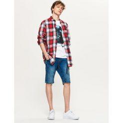 Jeansowe szorty z kieszenią cargo - Niebieski. Niebieskie spodenki jeansowe męskie Cropp. W wyprzedaży za 59,99 zł.