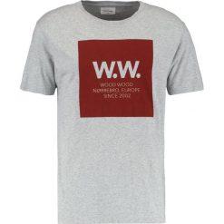 Wood Wood SQUARE Tshirt z nadrukiem grey melange. Niebieskie koszulki polo marki Tiffosi. Za 229,00 zł.