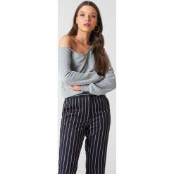 NA-KD Basic Sweter na jedno ramię - Grey. Różowe swetry klasyczne damskie marki NA-KD Basic, z bawełny. W wyprzedaży za 70,67 zł.
