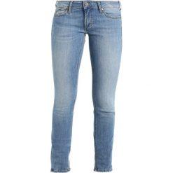 Mustang GINA Jeansy Slim Fit strong bleach. Niebieskie jeansy damskie marki Mustang, z aplikacjami, z bawełny. Za 299,00 zł.