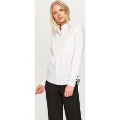 Koszula z ozdobnymi mankietami - Biały. Białe koszule damskie marki Reserved, l, z dzianiny. Za 89,99 zł.