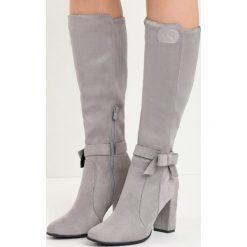 Szare Kozaki No Witness. Szare buty zimowe damskie Born2be, z materiału, z okrągłym noskiem, na wysokim obcasie, na słupku. Za 109,99 zł.