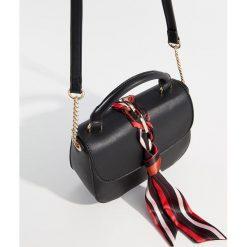 Torebka na ramię z przewiązaną apaszką - Czarny. Czarne torebki klasyczne damskie Mohito. Za 99,99 zł.