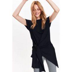 CZARNA BLUZKA Z WIĄZANIEM W TALII. Czarne bluzki z odkrytymi ramionami marki Top Secret, eleganckie, z asymetrycznym kołnierzem. Za 39,99 zł.