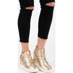 Złote trampki na koturnie DALEYZA. Białe buty ślubne damskie marki KYLIE. Za 119,00 zł.