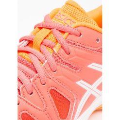 ASICS GELGAME Obuwie multicourt coralicious/white/orange pop. Pomarańczowe buty skate męskie Asics, z gumy, outdoorowe. Za 229,00 zł.