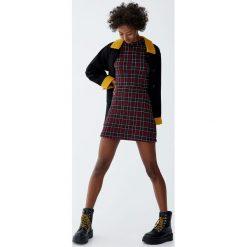 Minispódniczka w kratkę. Czerwone spódniczki Pull&Bear, w kratkę. Za 59,90 zł.