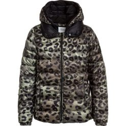 Replay Kurtka zimowa military green. Zielone kurtki chłopięce zimowe marki Replay, z bawełny. W wyprzedaży za 503,20 zł.