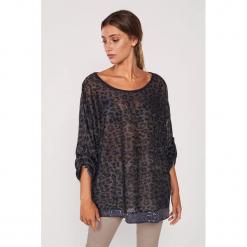 Koszulka w kolorze czarno-brązowym ze wzorem. Brązowe bluzki nietoperze Dioxide, m, z motywem zwierzęcym, z dekoltem w łódkę, z długim rękawem. W wyprzedaży za 99,95 zł.