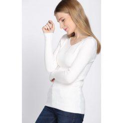 Biały Sweter Despatch. Białe swetry klasyczne damskie Born2be, s, prążkowane, z okrągłym kołnierzem. Za 39,99 zł.