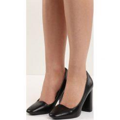Czarne Czółenka Bodice Ripper. Białe buty ślubne damskie marki Reserved, na wysokim obcasie. Za 69,99 zł.