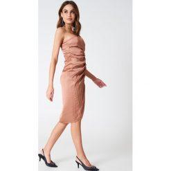 Sukienki hiszpanki: Hannalicious x NA-KD Sukienka na jedno ramię ze sznurkiem – Red