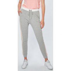 Roxy - Spodnie. Białe spodnie sportowe damskie marki Roxy, l, z nadrukiem, z materiału. Za 249,90 zł.
