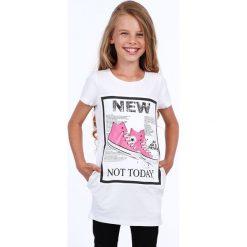 Tunika dziewczęca z aplikacją biała NDZ8178. Białe sukienki dziewczęce z falbanami Fasardi, z aplikacjami. Za 39,00 zł.