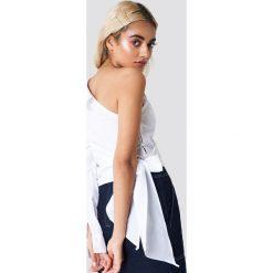 NA-KD Trend Koszula z jednym rękawem i wiązaniem - White. Białe koszule wiązane damskie marki NA-KD Trend, z nadrukiem, z jersey, z okrągłym kołnierzem. Za 121,95 zł.