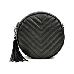Skórzana torebka w kolorze czarnym - (S)19 x (W)19 x (G)6 cm. Czarne torebki klasyczne damskie Akcesoria na sylwestrową noc, z aplikacjami, z materiału, pikowane. W wyprzedaży za 219,95 zł.