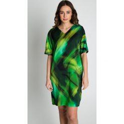 Zielona sukienka we wzory z krótkim rękawem BIALCON. Zielone sukienki hiszpanki BIALCON, na co dzień, w kolorowe wzory, wizytowe, z dekoltem w serek, z krótkim rękawem, mini, oversize. W wyprzedaży za 254,00 zł.