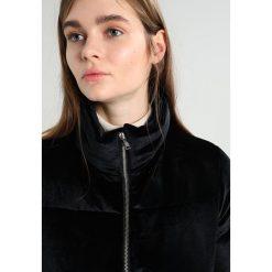 Superdry VELVET LUXE SPORT BOMBER Kurtka zimowa black. Czarne kurtki sportowe damskie Superdry, na zimę, l, z elastanu. W wyprzedaży za 356,85 zł.