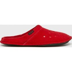 Crocs - Kapcie. Czerwone kapcie męskie Crocs, z materiału. Za 129,90 zł.