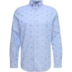 GANT COUPE REGULAR Koszula capri blue. Czerwone koszule męskie marki GANT, l, w kratkę, z bawełny, z klasycznym kołnierzykiem. Za 669,00 zł.
