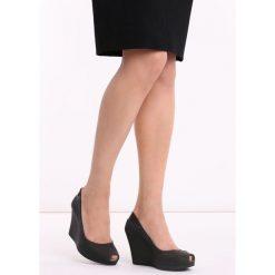 Czarne Koturny Noklast. Czarne buty ślubne damskie Born2be, z kauczuku, z okrągłym noskiem, na wysokim obcasie, na koturnie. Za 39,99 zł.