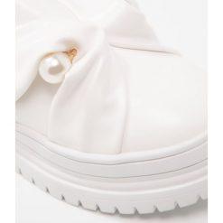 Lost Ink NALA BAR SLIP ON Półbuty wsuwane white. Białe tenisówki damskie Lost Ink, z materiału. W wyprzedaży za 156,75 zł.
