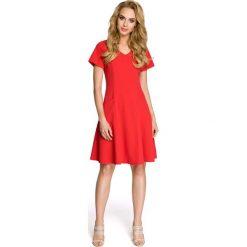 Rozkloszowana Czerwona Sukienka z Cięciami Modelującymi. Czerwone sukienki balowe Molly.pl, l, z tkaniny, dekolt w kształcie v, z krótkim rękawem, midi, rozkloszowane. Za 115,90 zł.