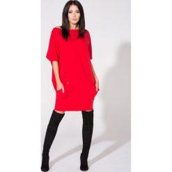 Czerwona Sukienka Dzianinowa z Nakładanymi Kieszeniami. Czerwone sukienki dzianinowe marki Molly.pl, na co dzień, l, w paski, z kontrastowym kołnierzykiem, oversize. Za 139,90 zł.