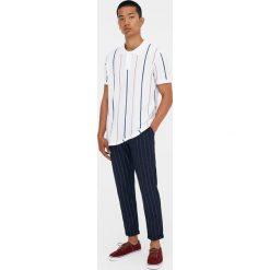 Koszulka polo z piki w pionowe paski. Białe koszulki polo Pull&Bear, m, w paski, z krótkim rękawem. Za 48,90 zł.