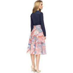 DESIRE Rozkloszowana spódnica we wzór- model 1. Różowe spódniczki rozkloszowane Stylove, w geometryczne wzory. Za 139,99 zł.