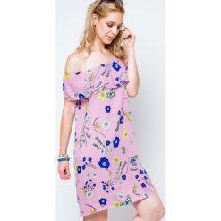 Sukienki balowe: Sukienka z dekoltem carmen zdobiona nadrukiem w kwiaty i motyle różowa