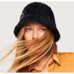 Pluszowy kapelusz z broszką - Czarny. Czarne broszki damskie Reserved. Za 69,99 zł.